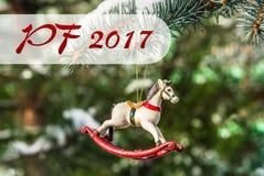 PF 2017 - cheval de basculage, plan rapproché d'arbre de Noël Photo stock