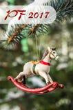 PF 2017 - cheval de basculage, plan rapproché d'arbre de Noël Photographie stock