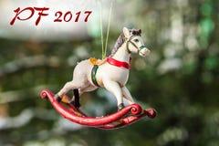 PF 2017 - Hobbelpaard, close-up van Kerstboom Royalty-vrije Stock Afbeeldingen