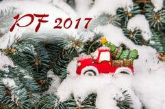 PF 2017 - Schnee- und Weihnachtsbaum auf Spielzeugauto Lizenzfreies Stockfoto