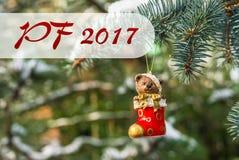 PF 2017 - urso de peluche e peúga vermelha, brinquedo do Natal em um Natal Fotos de Stock