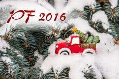 PF 2016 - Weihnachtsbaum auf Spielzeugauto Lizenzfreies Stockbild