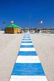 Pfad, der führt, um bei Roquetas Del Mar in Spanien auf den Strand zu setzen stockbilder