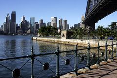 Pfad an der Sydney-Hafen-Brücke Stockfotografie