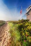 Pfad durch die Dünen zum auf den Strand zu setzen Lizenzfreies Stockfoto