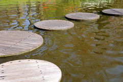 Pfad durch einen Teich Lizenzfreies Stockfoto