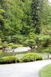 Pfad zu einem schönen Garten Stockbilder