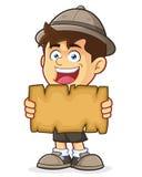 Pfadfinder oder Forscher Boy Holding eine leere Karte Stockbild