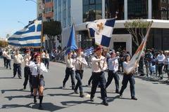 Pfadfindergruppe, die an der Parade teilnimmt lizenzfreies stockbild