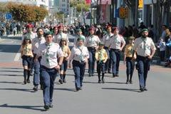 Pfadfindergruppe, die an der Parade teilnimmt lizenzfreies stockfoto