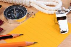 Pfadfinderseil-, -pfeifen-, -kompass-, -bleistift- und -papieranmerkung der Ordnung weiße Stockfotos