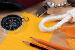 Pfadfinderseil-, -schal-, -pfeifen-, -kompass-, -bleistift- und -papieranmerkung der Ordnung weiße Stockbilder