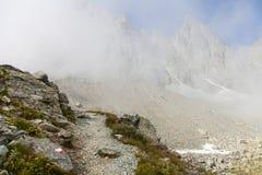 Pfadzeichen auf italienischen Alpen Stockfotografie