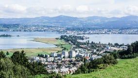 从Pfaeffikon的看法和湖苏黎世向拉珀斯维尔 库存照片
