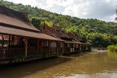 Pfahlhäuser auf dem Fluss Kwai, Thailand Stockbilder