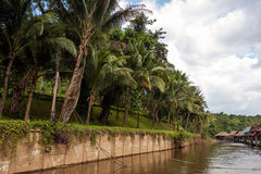 Pfahlhäuser auf dem Fluss Kwai, Thailand lizenzfreie stockfotos