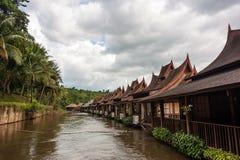 Pfahlhäuser auf dem Fluss Kwai, Thailand stockfotografie