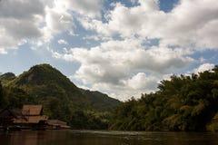 Pfahlhäuser auf dem Fluss Kwai, Thailand lizenzfreie stockbilder