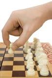 Pfandgegenstand in der Hand und Schachbrett lizenzfreie stockbilder