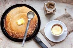 Pfannkuchen, Öl, Stau und Tee mit einer Zitrone stockbild