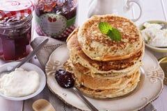 Pfannkuchen über weißer hölzerner Hintergrundnahaufnahme Lizenzfreie Stockbilder