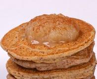 Pfannkuchen überstiegen mit Apfelmus und Zimt lizenzfreie stockbilder