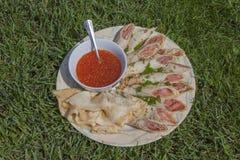 Pfannkuchen angefüllt mit Lachsen und Kaviar Lizenzfreies Stockfoto