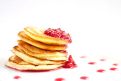 Pfannkuchen auf der weißen Platte mit Himbeermarmelade stockbilder