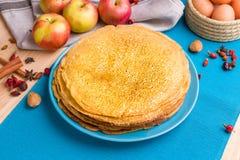 Pfannkuchen auf einem blauen Hintergrund Stockfoto