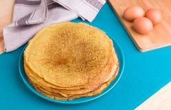 Pfannkuchen auf einem blauen Hintergrund Lizenzfreies Stockbild