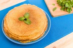 Pfannkuchen auf einem blauen Hintergrund Stockfotos