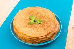 Pfannkuchen auf einem blauen Hintergrund Stockbild
