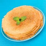 Pfannkuchen auf einem blauen Hintergrund Stockfotografie