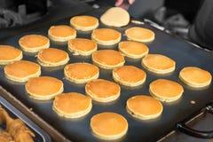 Pfannkuchen auf einem Bratpfanne des Straßen-Lebensmittel-Verkäufers in Bangkok, Thailand Stockfotos