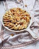 Pfannkuchen auf einer dekorativen keramischen Bratpfanne lizenzfreie stockfotos