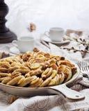 Pfannkuchen auf einer dekorativen keramischen Bratpfanne lizenzfreie stockbilder