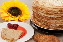 Pfannkuchen auf einer Platte Stockfoto