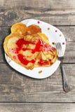 Pfannkuchen auf einer Platte in Form von Herzen Stockfoto