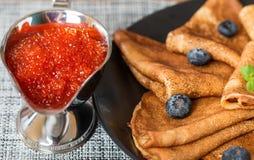 Pfannkuchen auf Schwarzblech mit Blaubeere und rotem Kaviar Stockbild