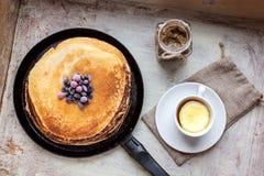 Pfannkuchen, Beeren, Stau und Tee auf einem hölzernen Behälter Lizenzfreies Stockbild