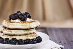 Pfannkuchen-Beeren und Sirup, die gegossen wird lizenzfreies stockbild
