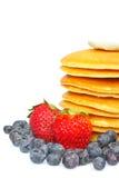 Pfannkuchen, Blaubeeren und Erdbeeren Lizenzfreie Stockfotografie