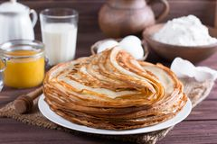 pfannkuchen Dünne Pfannkuchen für Frühstück russisches bliny Maslenitsa Lizenzfreie Stockfotografie