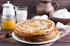 pfannkuchen Dünne Pfannkuchen für Frühstück russisches bliny Maslenitsa Stockbilder