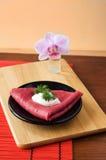 Pfannkuchen der roten Rübe auf dem Hintergrund einer Blume Lizenzfreie Stockbilder