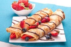 Pfannkuchen dienten mit Erdbeeren, Blaubeeren und Schokolade Stockfotos