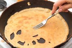 Pfannkuchen in einer Bratpfanne Stockbild