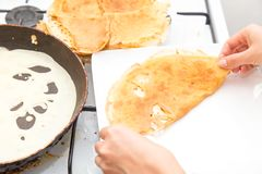 Pfannkuchen in einer Bratpfanne Lizenzfreie Stockbilder