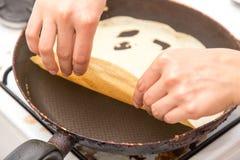 Pfannkuchen in einer Bratpfanne Lizenzfreies Stockbild