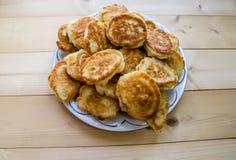 Pfannkuchen in einer Platte auf einem Holztisch stockfotos